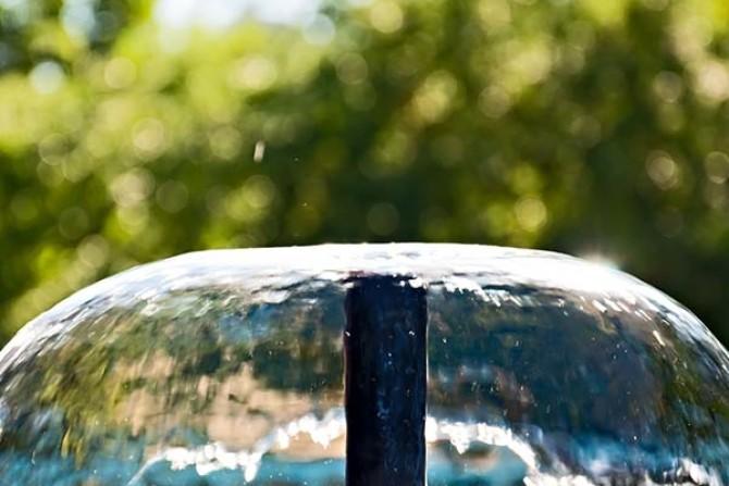 Brunnen und Wasserspiele